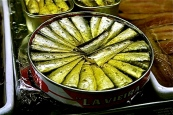 800px-sardinas_en_aceite-madrid